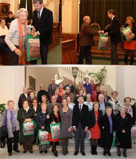 Los voluntarios de gente mayor con el Alcalde