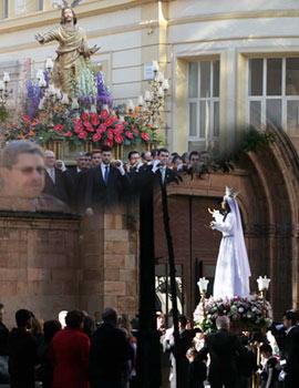 Encuentro entre El Cristo Resucitado y la Virgen del Amor Hermoso en la plaza Mayor de Castellón
