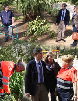 El Alcalde visita a los alumnos de prácticas del curso de jardinería