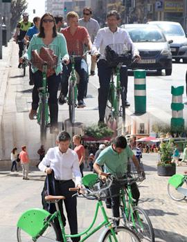 El Alcalde, en un recorrido por la ciudad, comprueba las nuevas bicicletas