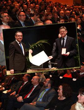 EL presidente de la Generalitat, Ximo Puig, recoge la Medalla de la Universitat Jaume I concedida a la Generalitat Valenciana