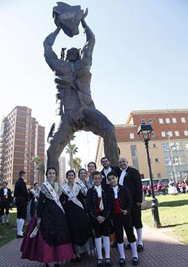 Imposición del pañuelo al gigante Tombatossals de Castellón