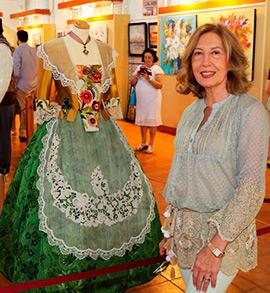 Solidaridad y tradición en la exposición de pintura e indumentaria tradicional