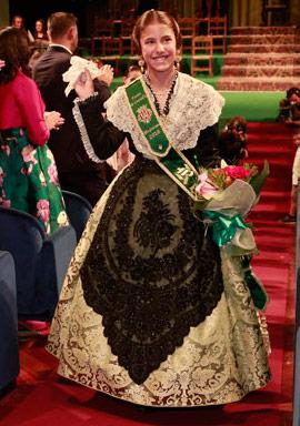 Imposición de bandas a la reina infantil Lucía Burguete y su corte de honor