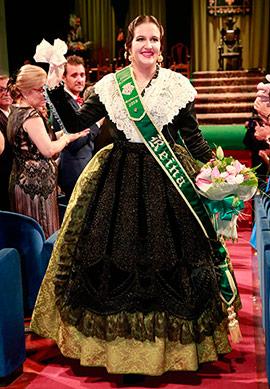 Imposición de bandas a la reina Carla Bernat y su corte de honor