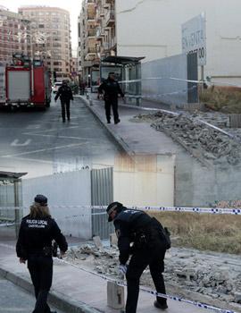 Vientos de 70km/h derriban un muro de la calle Gobernador hiriendo a una joven