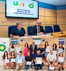 La UJI y BP Oil España entregan 18 becas para programas de movilidad  internacional