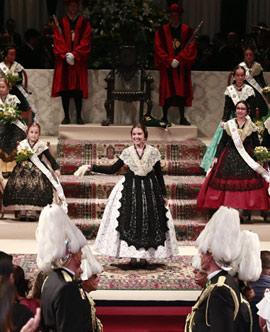 Imposición de bandas a la reina infantil Natalia Collazos y su corte de honor