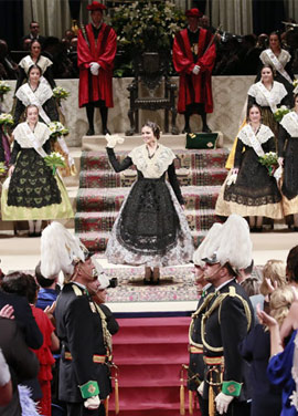 Imposición de bandas a la reina de las fiestas Natalia Palacio Bernad y su corte de honor