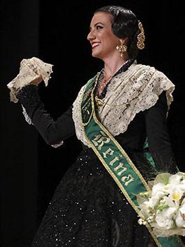 Imposición de bandas a la reina de las fiestas Carmen Molina Ramos y su corte de honor