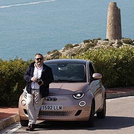 Pepe Lorite de vivecastellon.com conduciendo un Fiat 500 eléctrico de Comauto Sport
