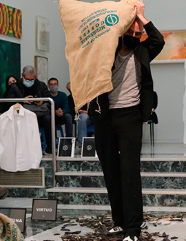 Performance de Álvaro Terrones en la Sala San Miguel de la Fundació Caixa Castelló
