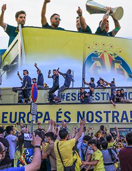 Equipo y aficionados celebran en las calles de Villarreal el trofeo de la Europa League